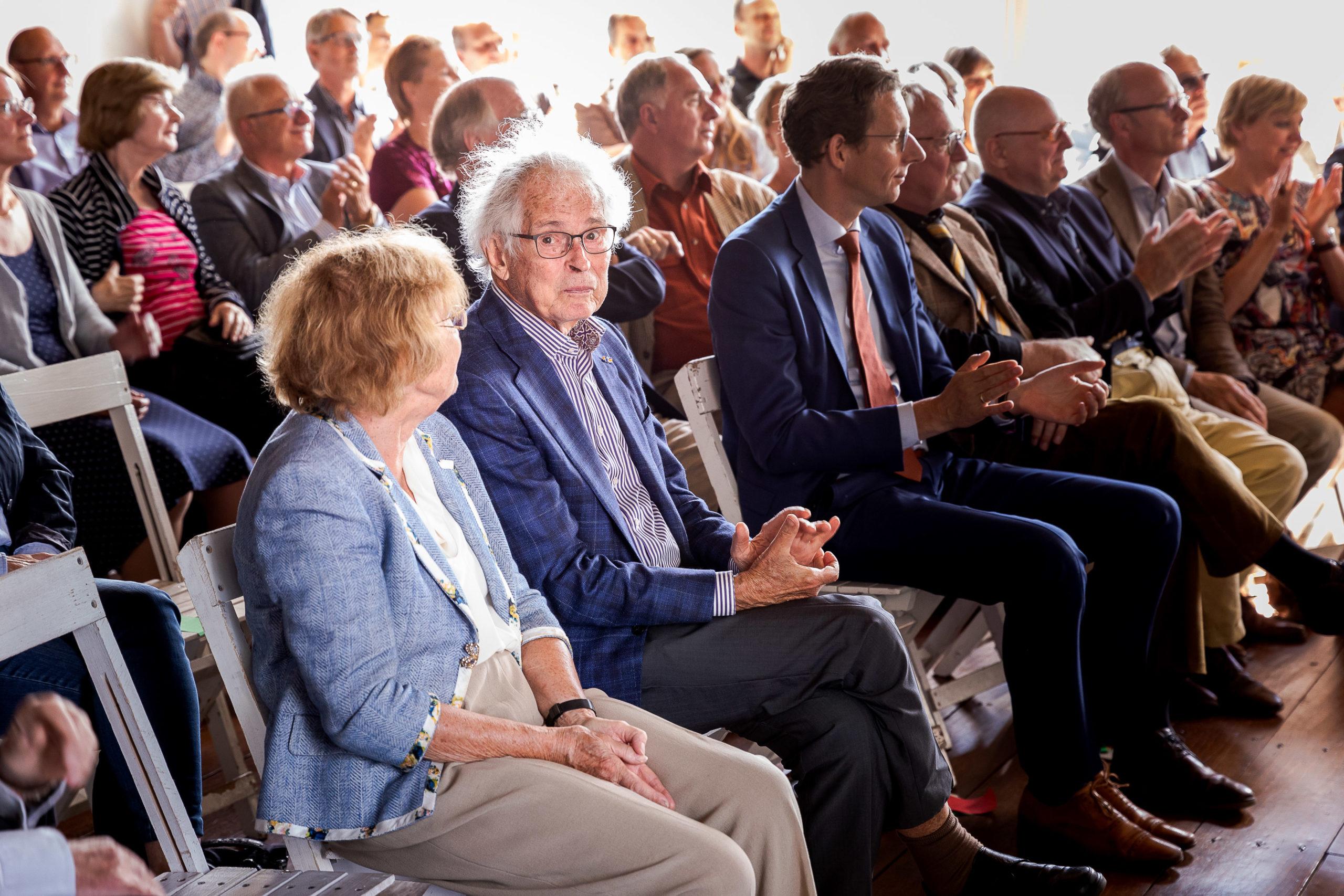 Henk Deys bij de opening van de Deys tentoonstelling