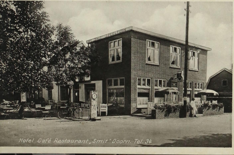 Prentbriefkaart van het in 1986 gesloopte Hotel Smit uit de jaren 1950-1960 (THA Doorn (203), cat.nr. 10040)