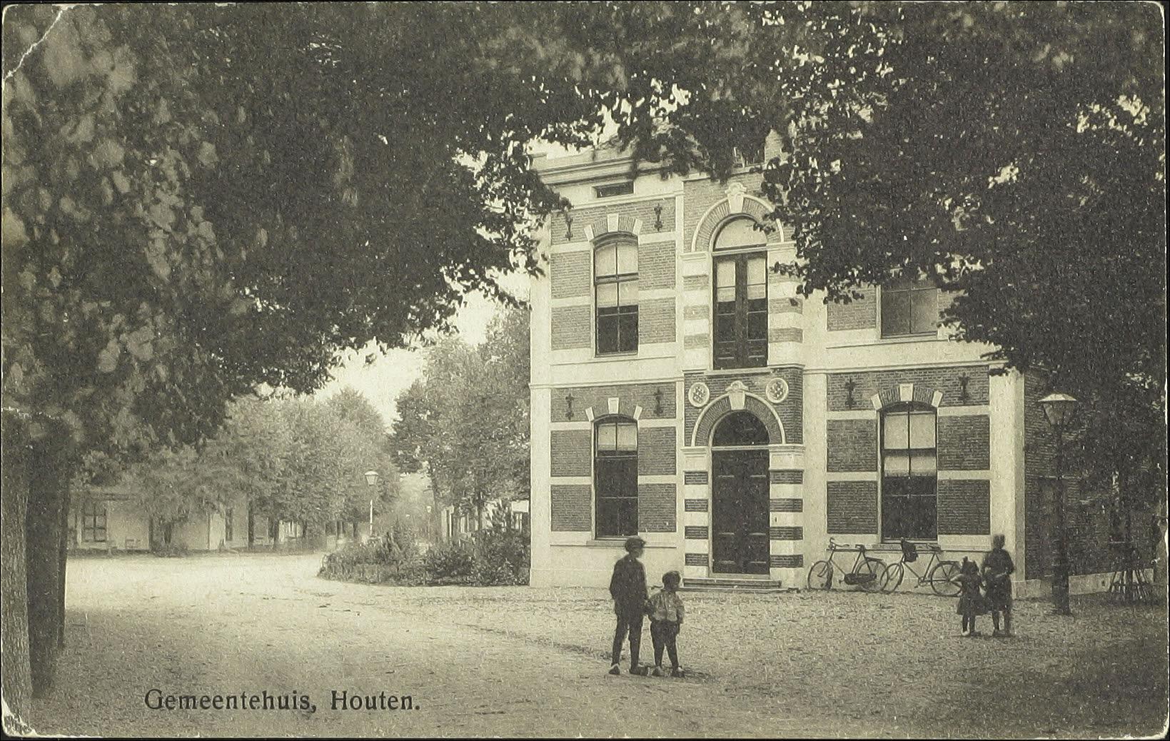 Foto van het gemeentehuis in 1917, Houten, RAZU catalogusnummer 40235 (Toegang 353)