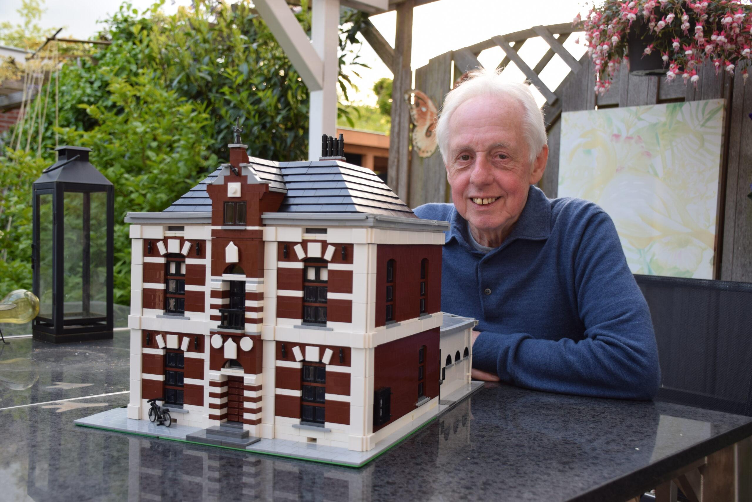 Wim Erwich bij het LEGO-huis. Foto door Frank Magdelyns, 2021
